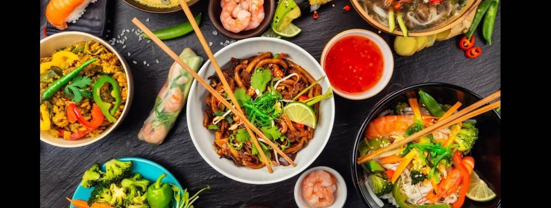 asiatische Speisen auf einem Tisch