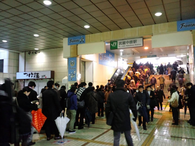 Schlangestehen in japanischem Bahnhof.