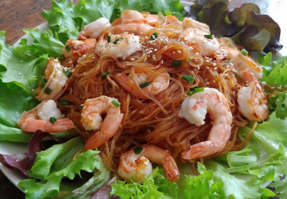 Pikante Garnelen mit Glasnudeln, auf Salatblättern serviert.