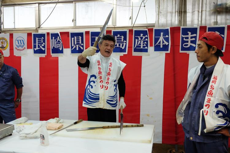 Thunfisch-Vorführung auf dem Nagahama Fischmarkt