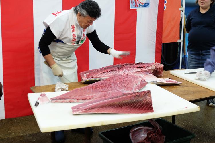 Thunfisch Zerlegung auf dem Nagahama Fischmarkt