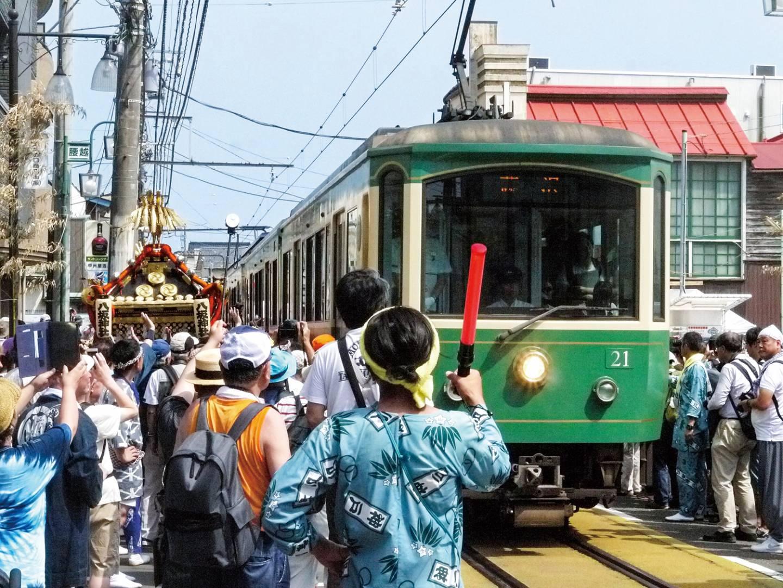 Zug der Enoden Linie bei einem japanischen Volksfest