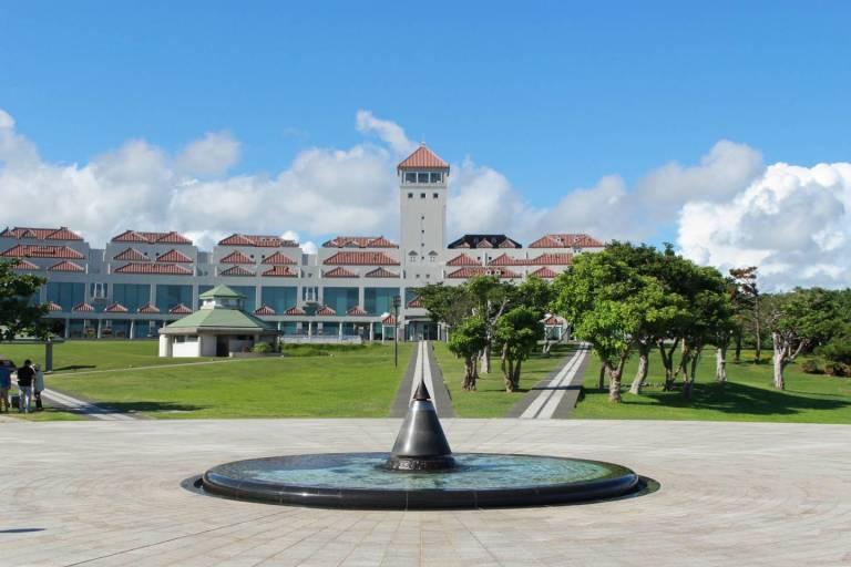 """Die """"Flamme des Friedens"""" im Okinawaer Friedenspark gedenkt der Schlacht von Okinawa und den Atombombenabwürfen über Hiroshima und Nagasaki. Der Brunnen symbolisiert den Pazifik."""