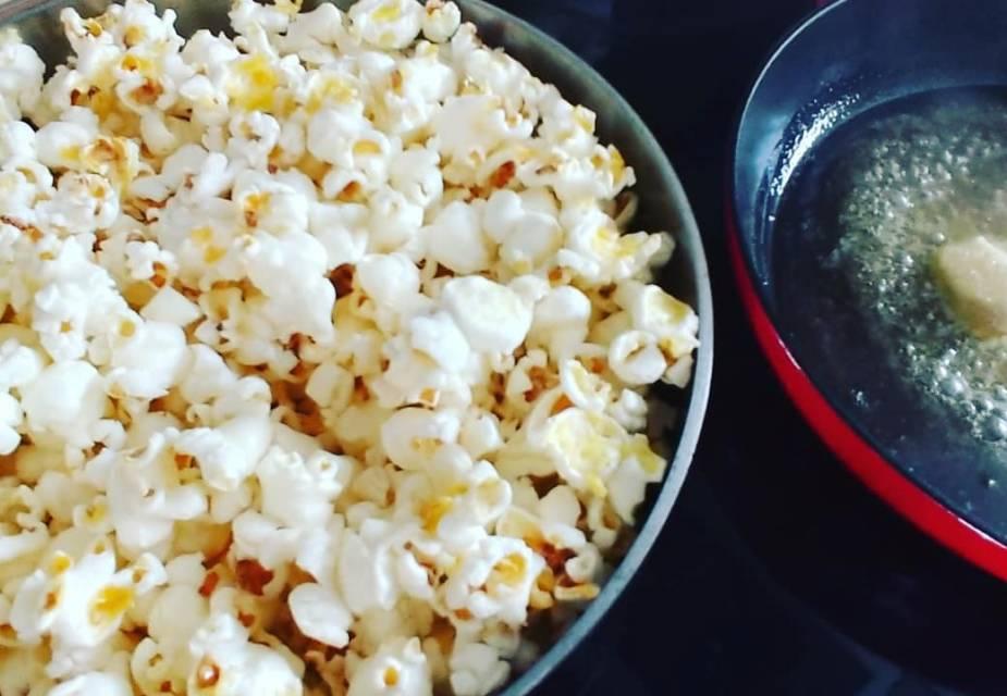 Popcorn und Karamell zubereiten.