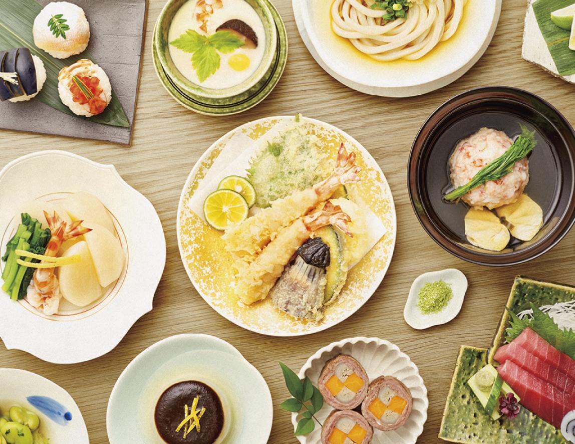 japanische gerichte auf einem tisch angerichtet