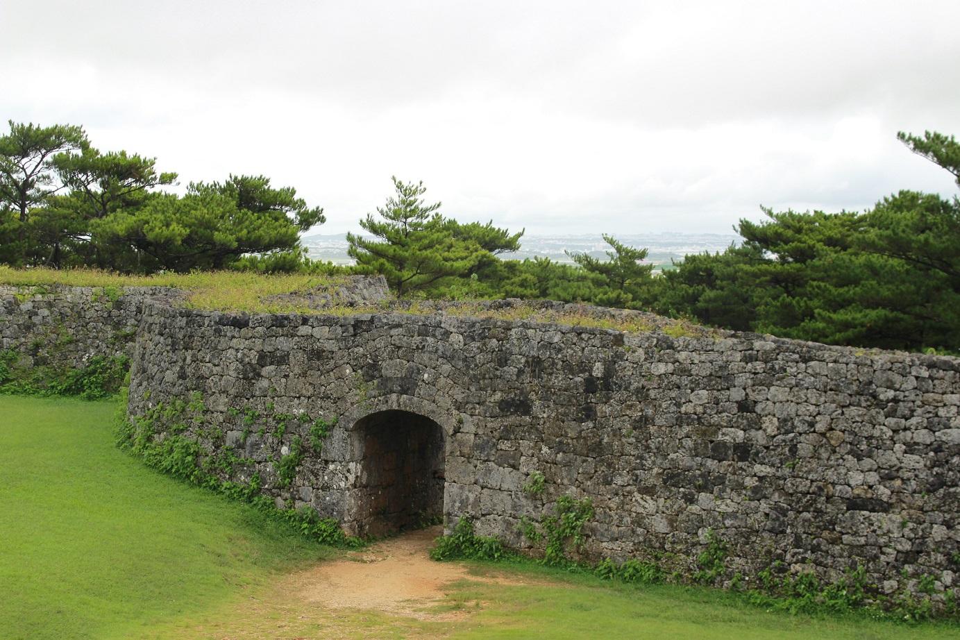Zwischen den Mauern der Zakimi-Burgruine zu flanieren öffnet den Blick für die Gusuku-Zeit. Das Panorama beeindruckt auch bei Regenwetter.