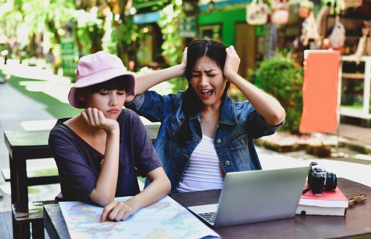 zwie frustrierte Frauen am Laptop