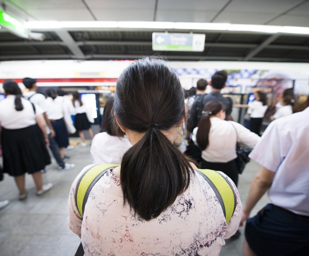 wartende leute an einem japanischen Bahnsteig
