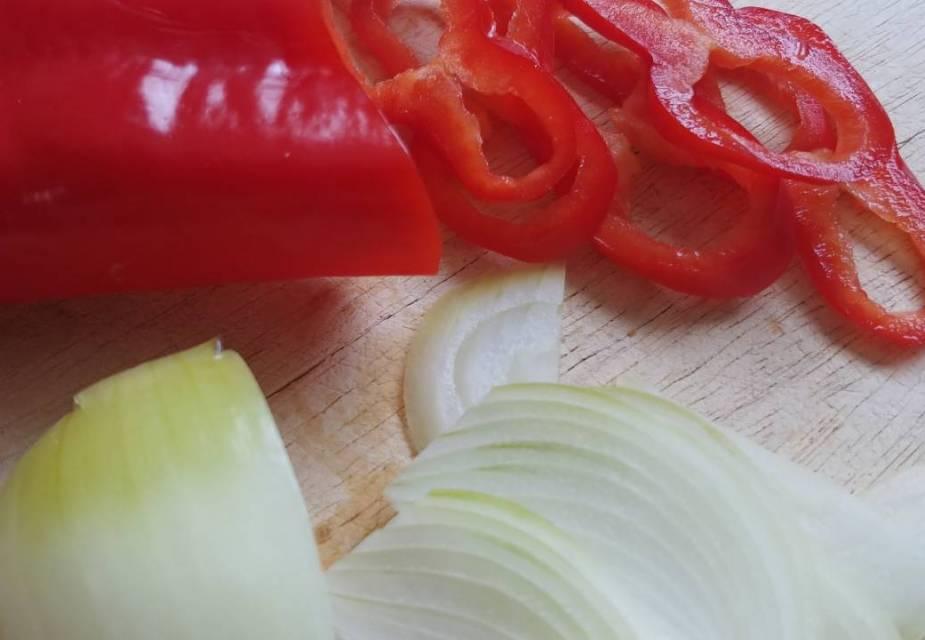In Streifen geschnittene Paprika und Zwiebel.