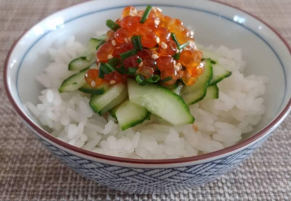 Lachskaviar-Gurke auf Reis