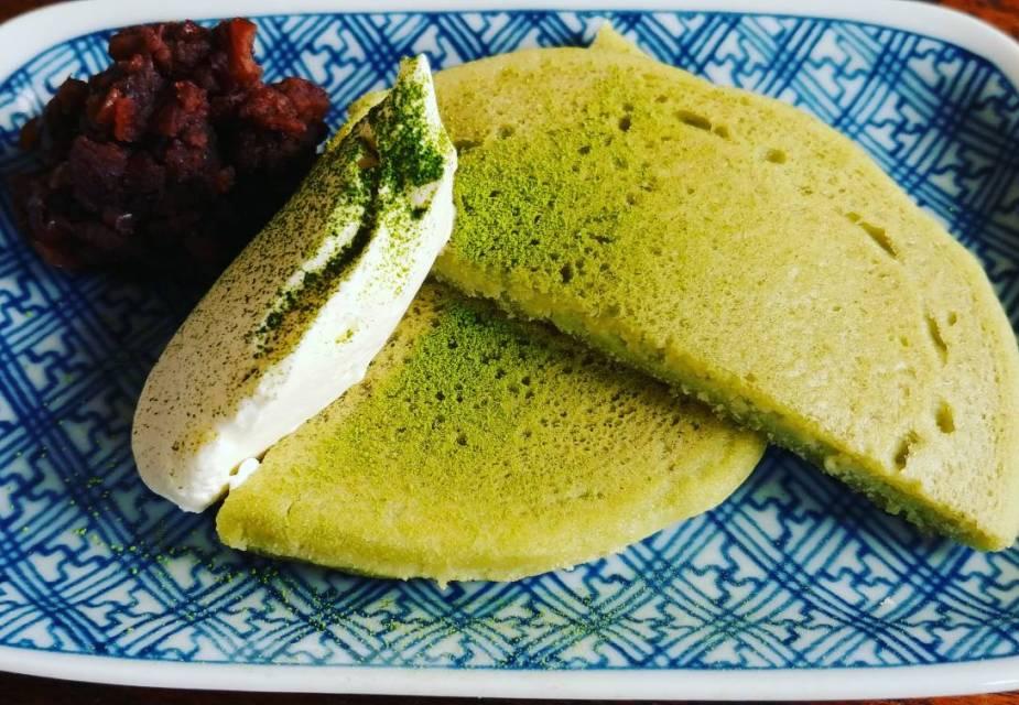 Matcha Pfannkuchen mit Azukibohnen und Vanilleeis