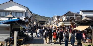 Straße voller Menchen während der Golden Week in Nagano.