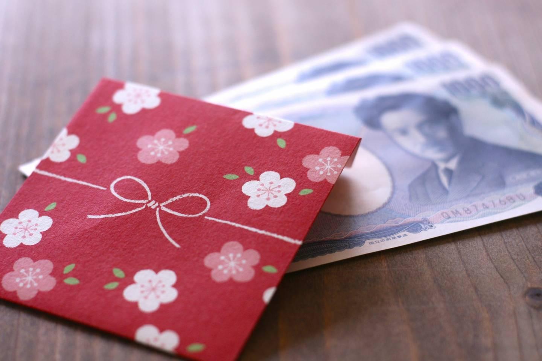 ein japanisches pochibukuro mit Geldscheinen