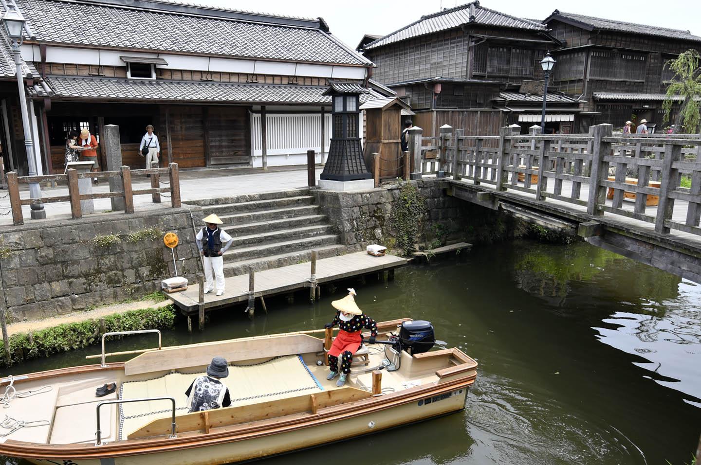 Kanal mit Brücke und Boot in Sawara