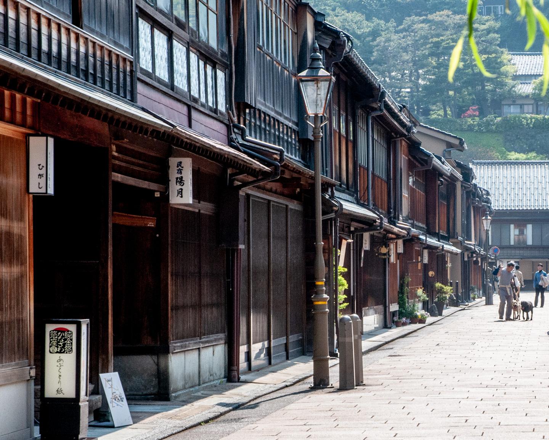 Traditionelle Häuser säumen eine Straße in Kanazawa.