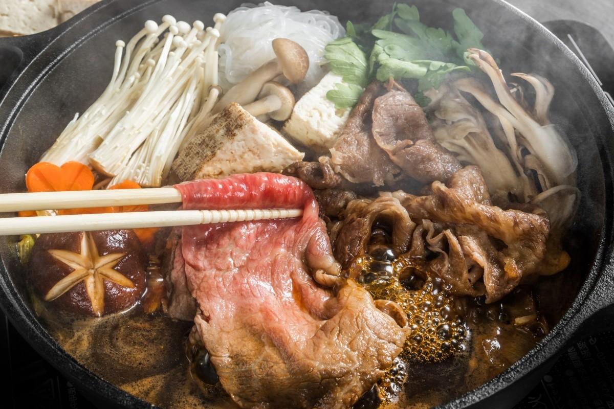 Nahaufnahme von Sukiyaki mit Fleisch und Gemüse