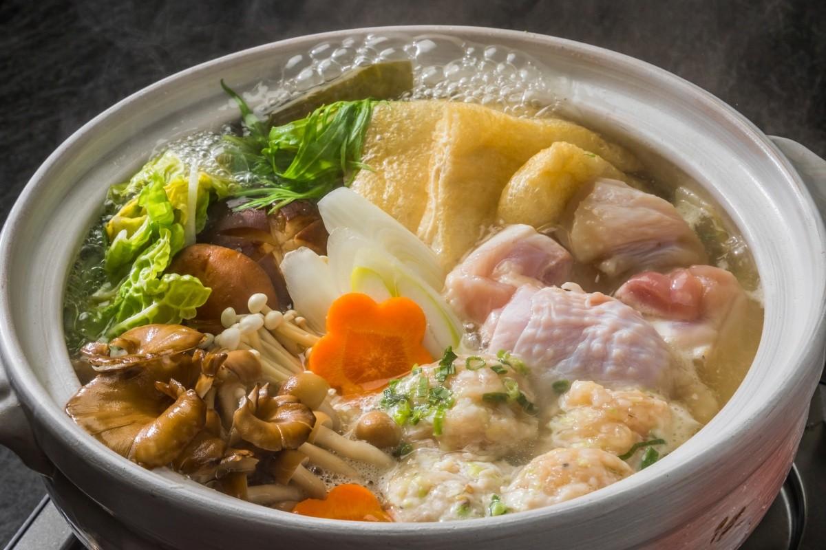 Ein Topf Chankonabe mit Gemüse und Hühnerfleisch