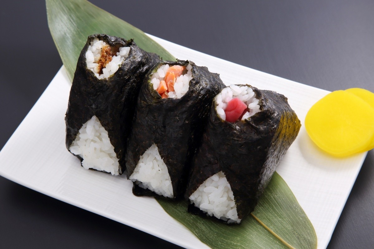 3 Onigiri auf einem Teller