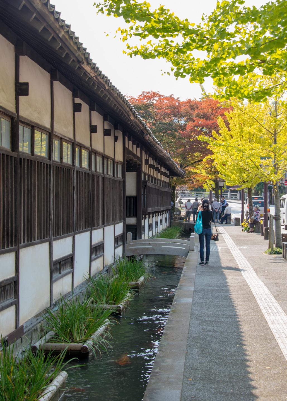 Weg in Tsuwano mit Häusern auf der linken Seite