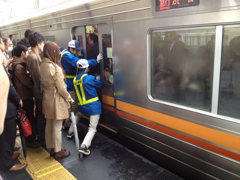 Volle Bahn in Tokyo