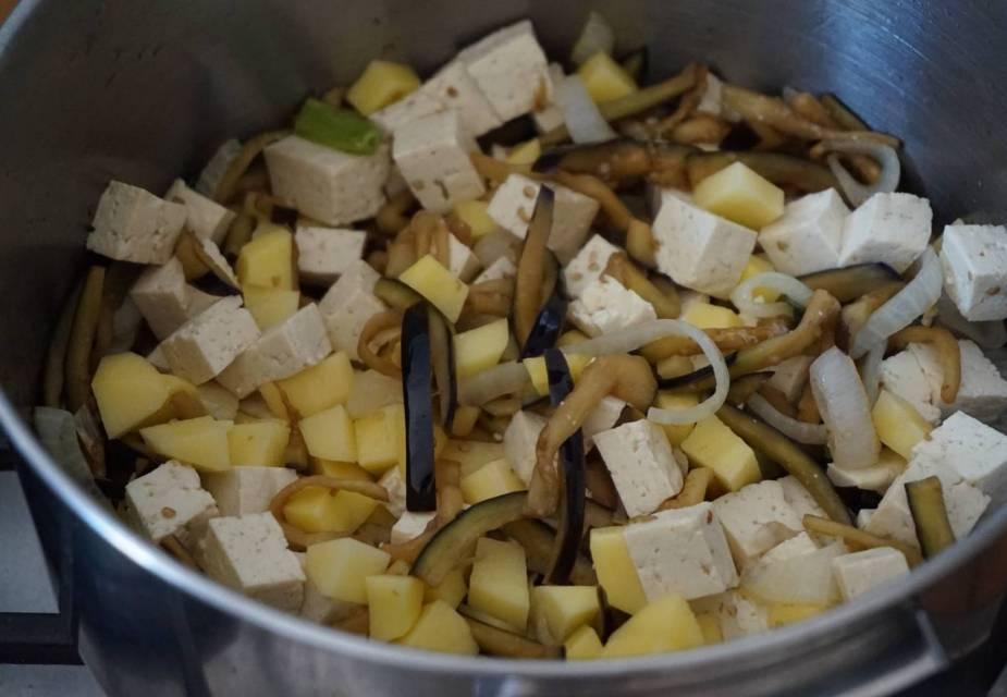 Zutaten für Curry Udon anbraten