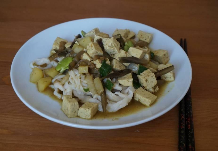 Curry Udon mit sommerlichem Gemüse und Tofu