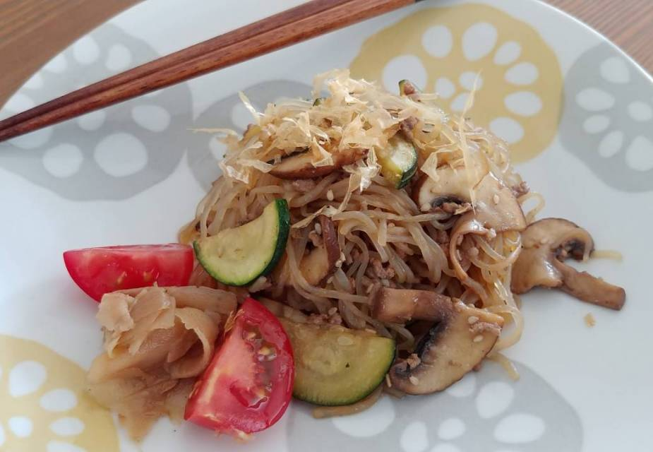 Gebratene Shirataki mit Hack und Gemüse
