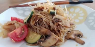 Gebratene shirataki-Nudeln mit Hack und Gemüse
