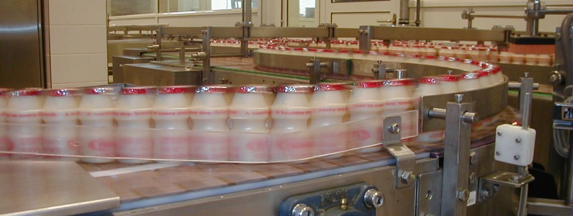 Yakult-Fläschchen auf einem Lieferband in der Fabrik