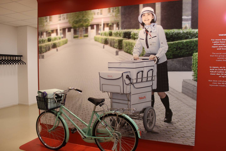 Fahrrad einer Yakult-Lady vor dem Foto einer solchen