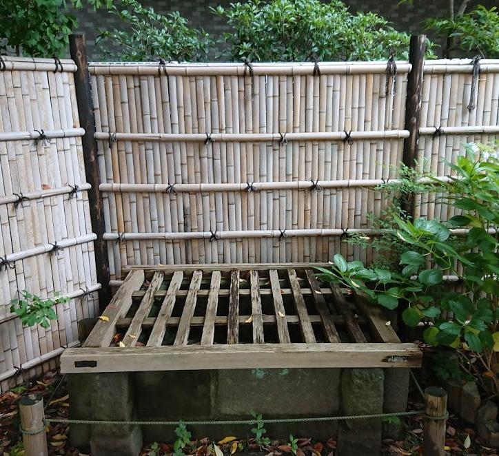 alter japanischer Brunnen