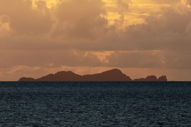 Direkt nach Sonnenuntergang von Hateruma-jima aus: Aussicht auf die unbewohnte Insel Nakanōgan-jima.