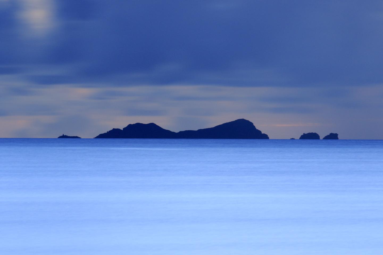 Das letzte Licht des Tages: Aussicht auf Nakanōgan-jima von Hateruma-jima aus.