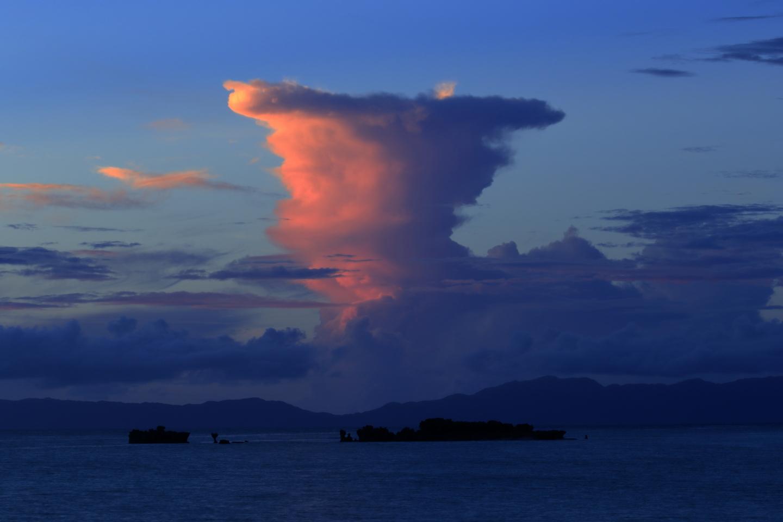 Nach Sonnenuntergang von Hateruma-jima aus: Rot gefärbte Gewitterwolken ziehen in Richtung Iriomote-jima.