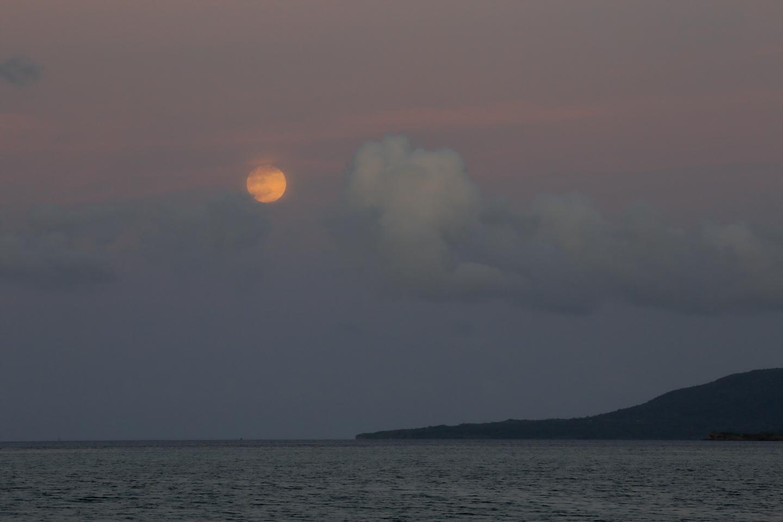 Anblick des Vollmonds nach Sonnenuntergang auf Iriomote-jima.