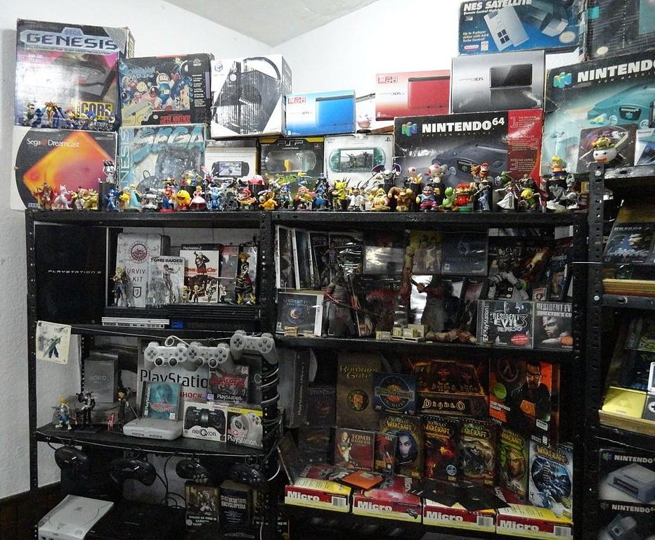 Regal mit Videospiel-Figuren und Konsolen