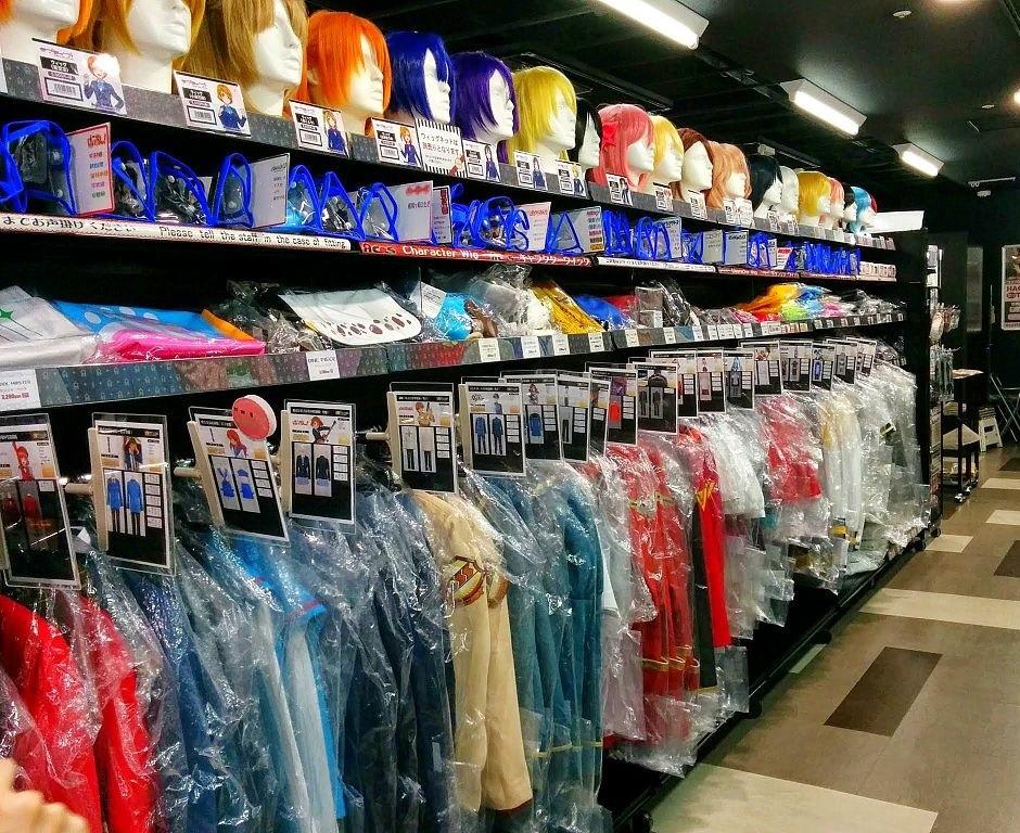 Ladenregal mit Perücken und Kostümen