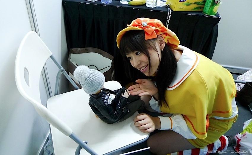 Junge Frau mit Puppe