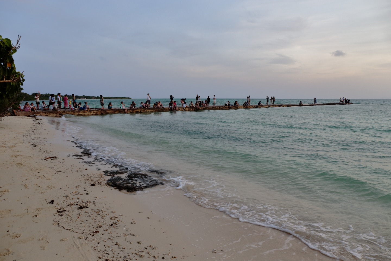 West-Pier auf Taketomi-jima. Besucher versammeln sich, um das Abendlicht zu betrachten.