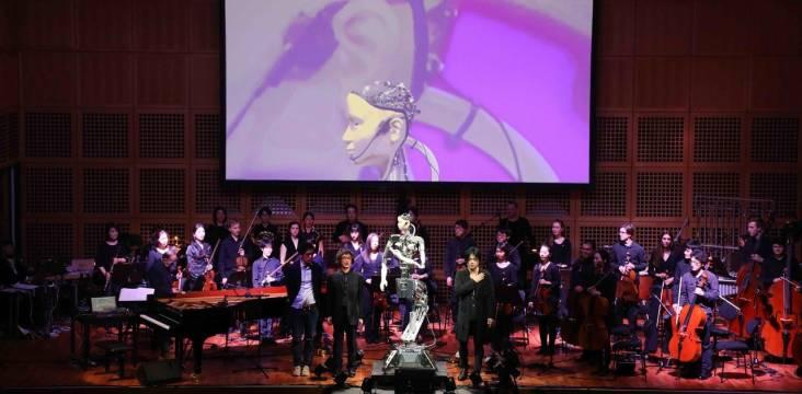 """Bühnensicht auf Orchester und Alter 3 bei dem Stück """"Scary Beauty"""""""