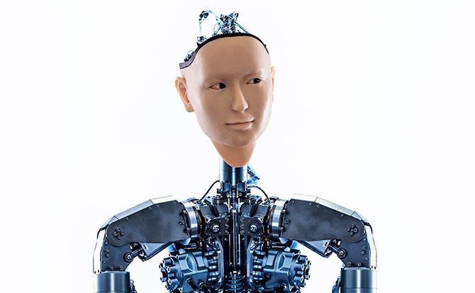 Frontansicht auf den Androiden Alter 3 vom Kopf bis zur Brust