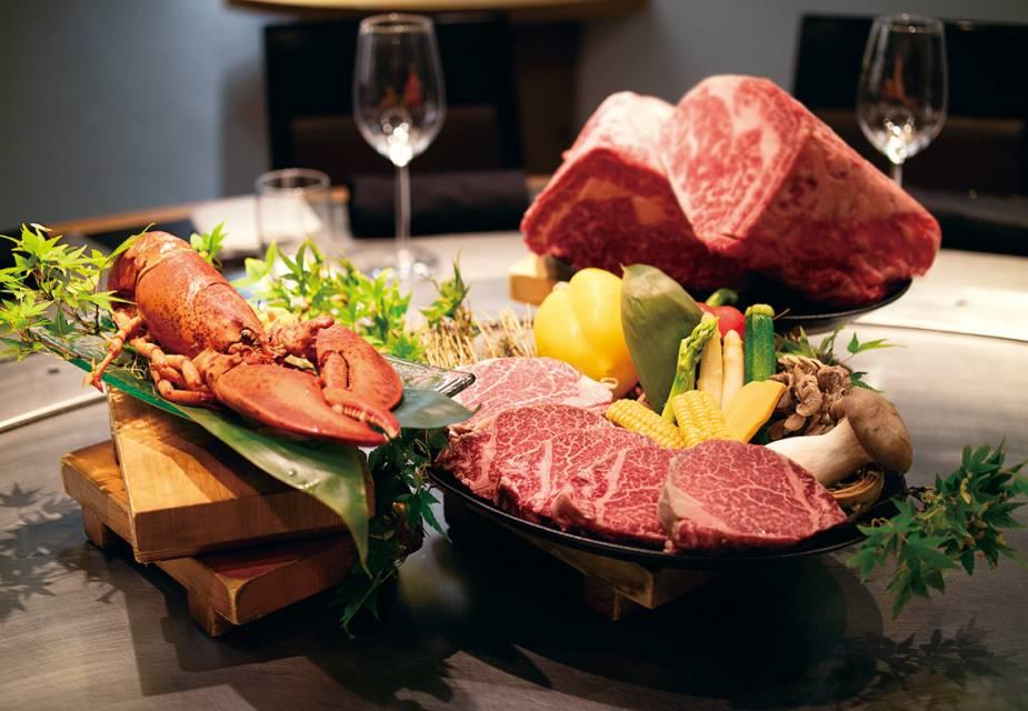 Auswahl der zutaten für eine teppanyaki mahlzeit (fleisch, gemüse)