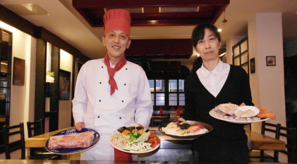 köche im restaurant, die speisen präsentieren