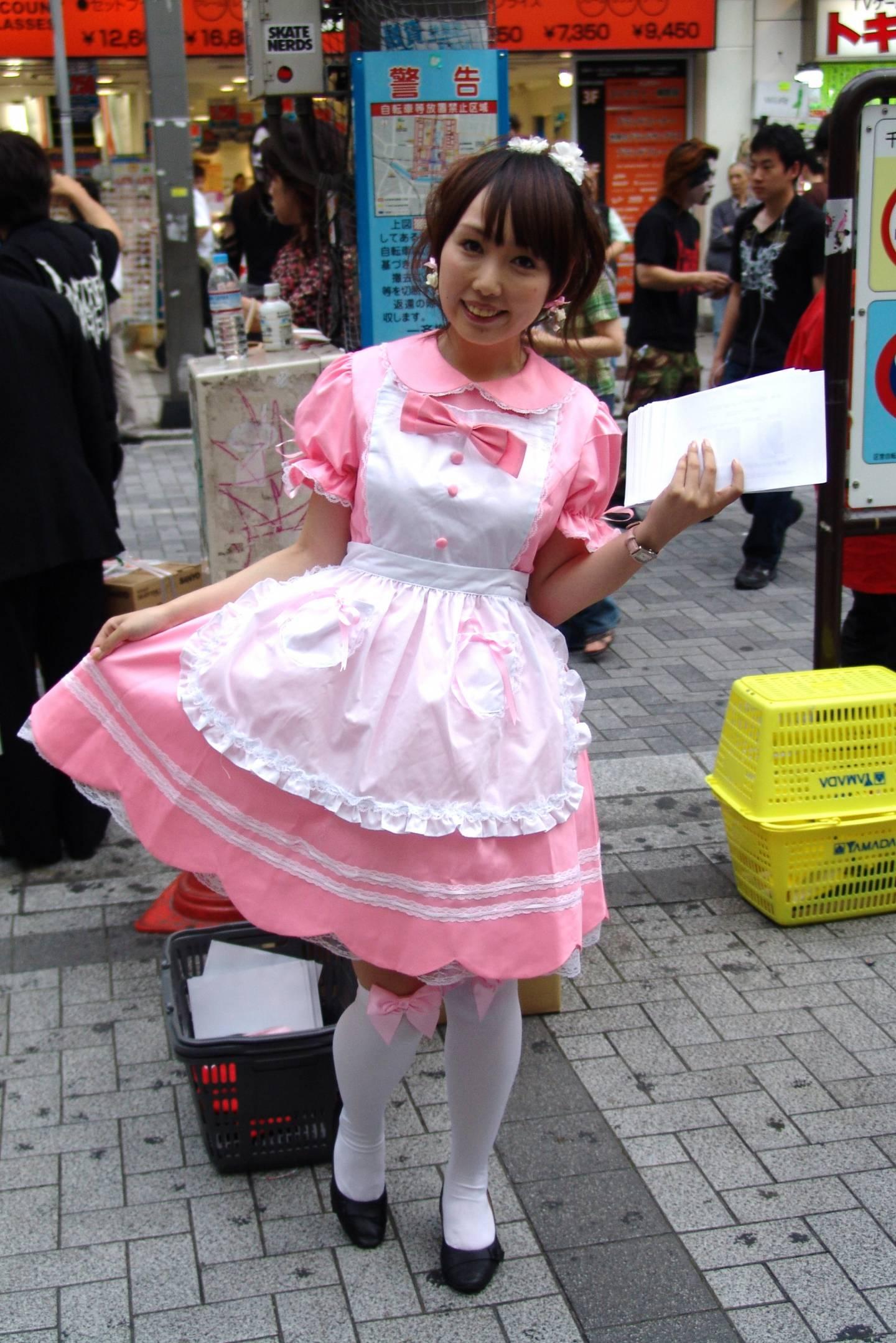 Japanerin als Maid verkleidet
