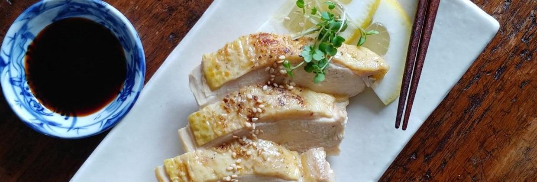 Gebratenes Hühnerfleisch auf einem Teller mit Dip