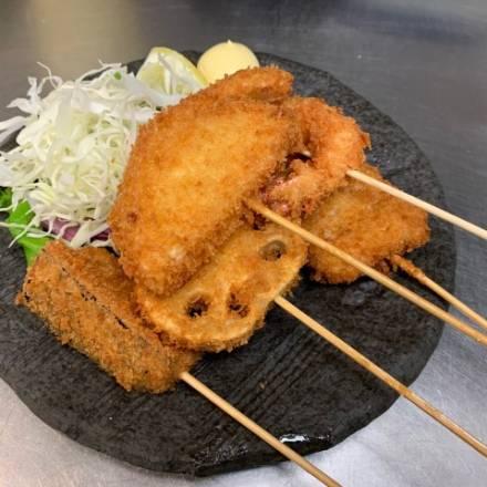 Kushikatsu auf einem Teller mit Krautbeilage