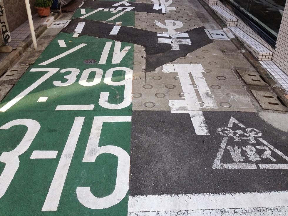 Markierungen auf japanischer Straße