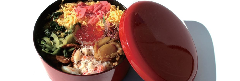 rote Lackschale mit japanischem Essen und Deckel