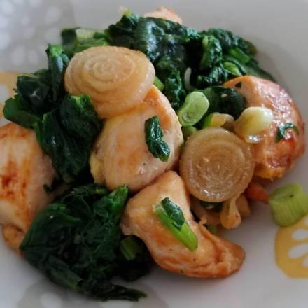 Gebrates Hähnchen mit Spinat