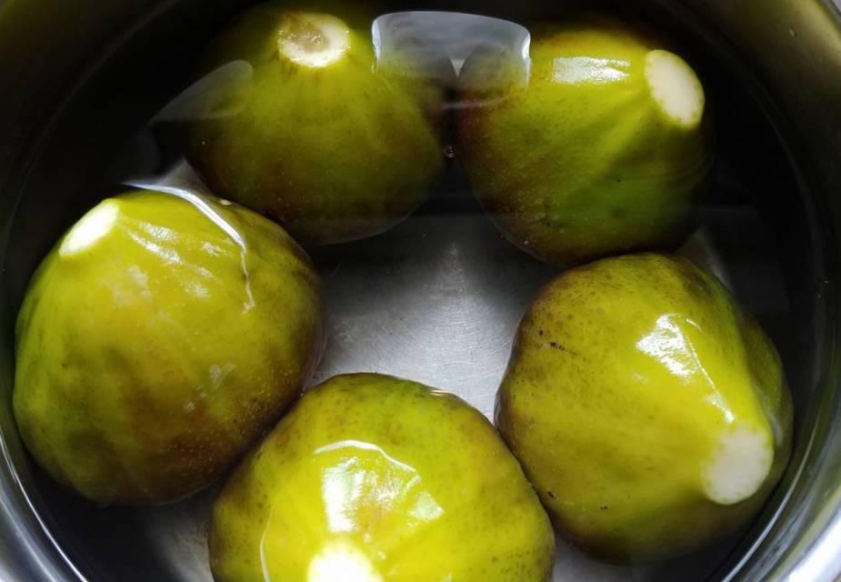 Feigen in einem Topf mit kaltem Wasser aufkochen
